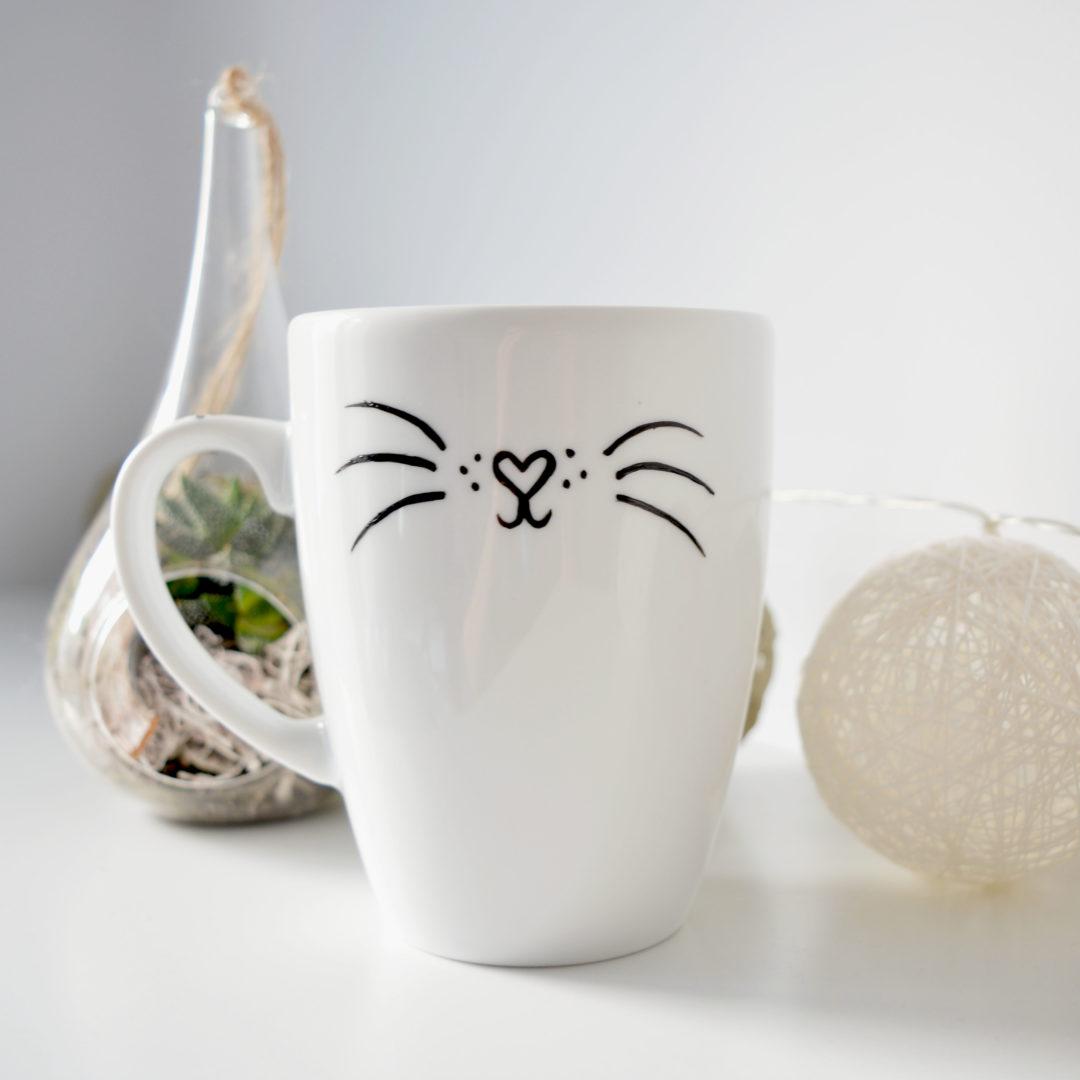 Taza de porcelana con estampado gatuno