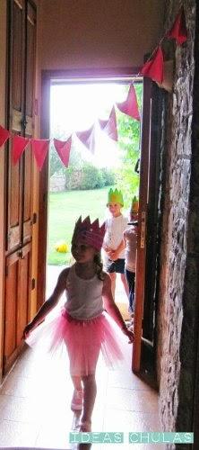 La Princesa y los caballeros entrando al castillo con sus coronas de goma-eva