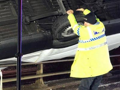 """""""Σούπερμαν"""" αστυνομικός κρατάει βαν για να μην πέσει από γέφυρα"""