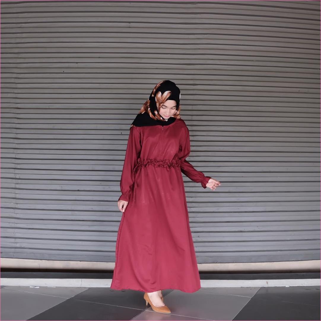 Outfit Baju Gamis Berhijab Ala Selebgram 2018 gamis abaya merah bata segiempat hijab square bermotif bunga hitam high heels wedges loafers and slip ons krem tua ciput rajut trendy terbaru 2018 ootd outfit selebgram