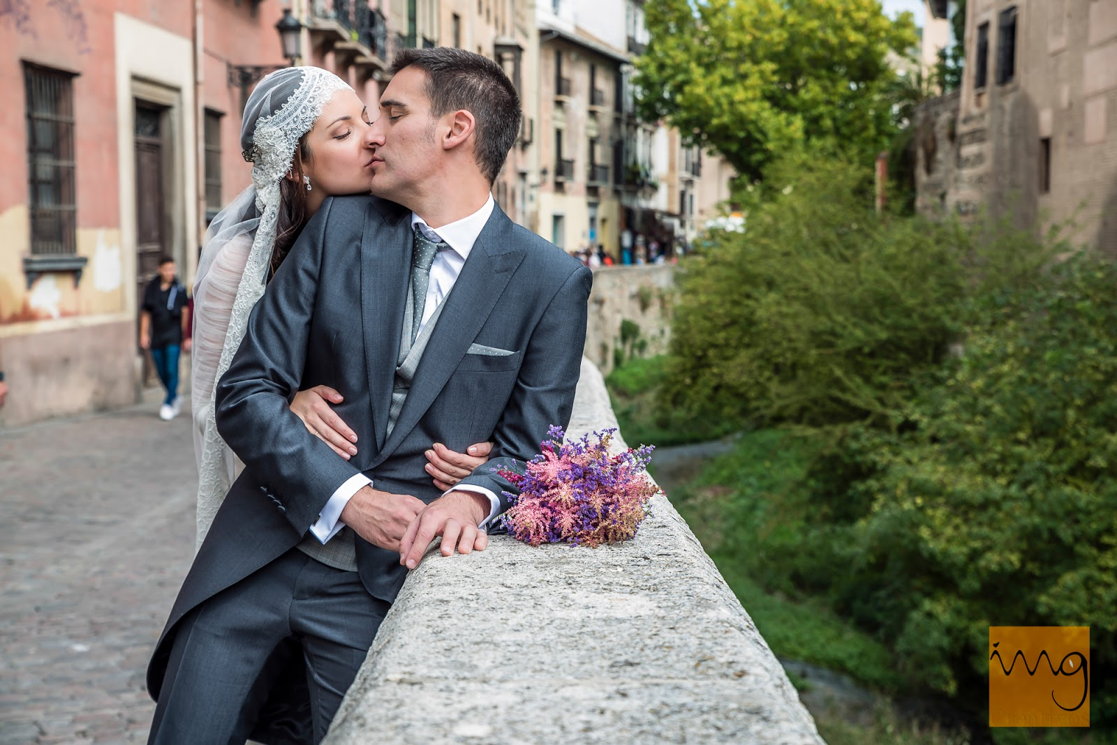 Fotografía de boda en Granada. Un beso en el paseo de los tristes