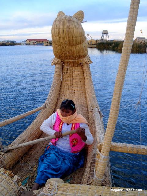 Barco de totora remado por moradora de uma comunidade dos Uros, no Lago Titicaca