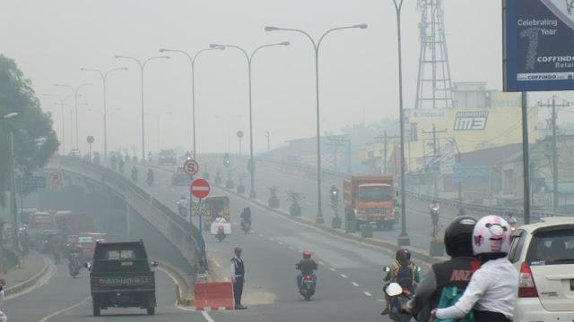 kabut asap mengurang jarak pandang, seperti terlihat di jembatan layang amplas