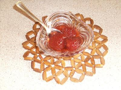 Γλυκό κουταλιού φράουλα,σούπερ σερβιρισμένη σε γιάλινο πιατακι με ωραο κουταλακι με χρυσες λεπτομερειες