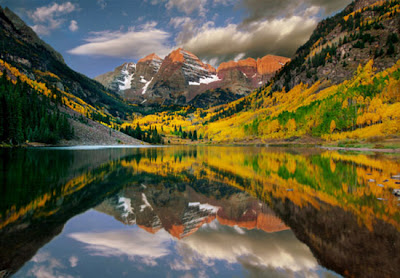 Paisaje montañoso y lago