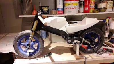 балансиращо колело което прилича на мотопед