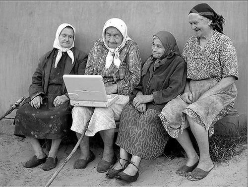 Бабушки возле ноутбука