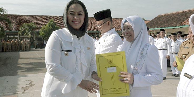 Bupati Karawang dr. Cellica Nurrachadiana secara simbolis menyerahkan SK.