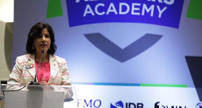 """Vicepresidenta pide impulso al """"empoderamiento femenino"""""""