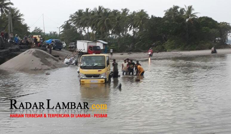 Laut Pasang-Way Mahnai Meluap, Jalinbar Lumpuh Total