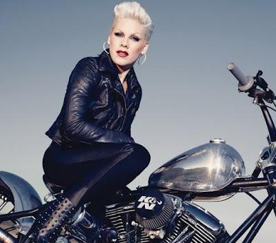 Foto de Pink en una motocicleta