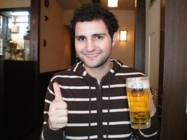 Bebiendo una cerveza Asahi en Tokio