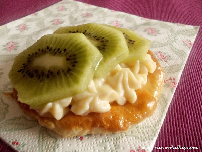 Tartaletas de hojaldre con crema pastelera y kiwi