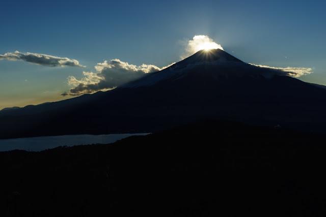 山梨百名山・石割山山頂からのダイヤモンド富士