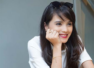 Echa Oemry Senyum