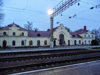 Миргород. Залізничний вокзал і пам'ятник М. В. Гоголю