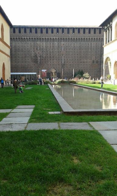 חצר פנימית בתוך המצודה