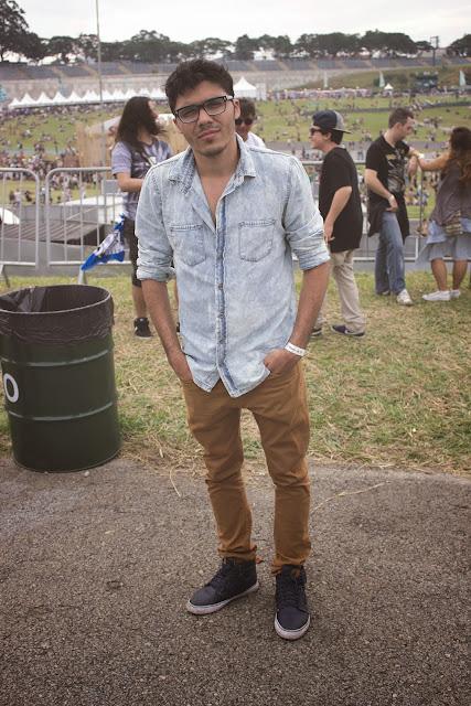 como usar camisa jeans com calça marrom (1)