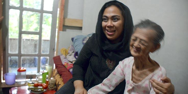 Bupati Karawang dr.Cellica Nurrachadiana bersama Mak Ikem.