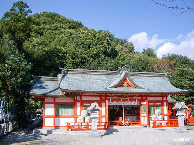 和歌山県新宮市「阿須賀神社」の拝殿と「蓬莱山」