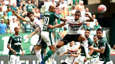 Lance da partida entre Palmeiras e São Paulo (Foto: Marcos Ribolli)