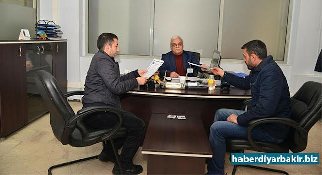 DİYARBAKIR-Diyarbakır Büyükşehir Belediye Başkanı Cumali Atilla'nın, esnaf ve sanatkârlardan ruhsat için yasal harcın dışında ek ücret alınmayacağı yönündeki talimatının ardından esnafın Büyükşehir Belediyesine başvuruları devam ediyor.