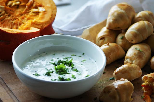 Kürbistaschen mit Kräuterjoghurt Dip