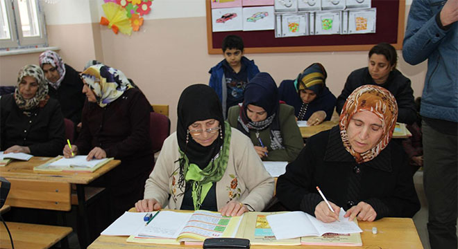 Diyarbakır'da yaşı ilerleyen kadınların okuma azmi imrendiriyor