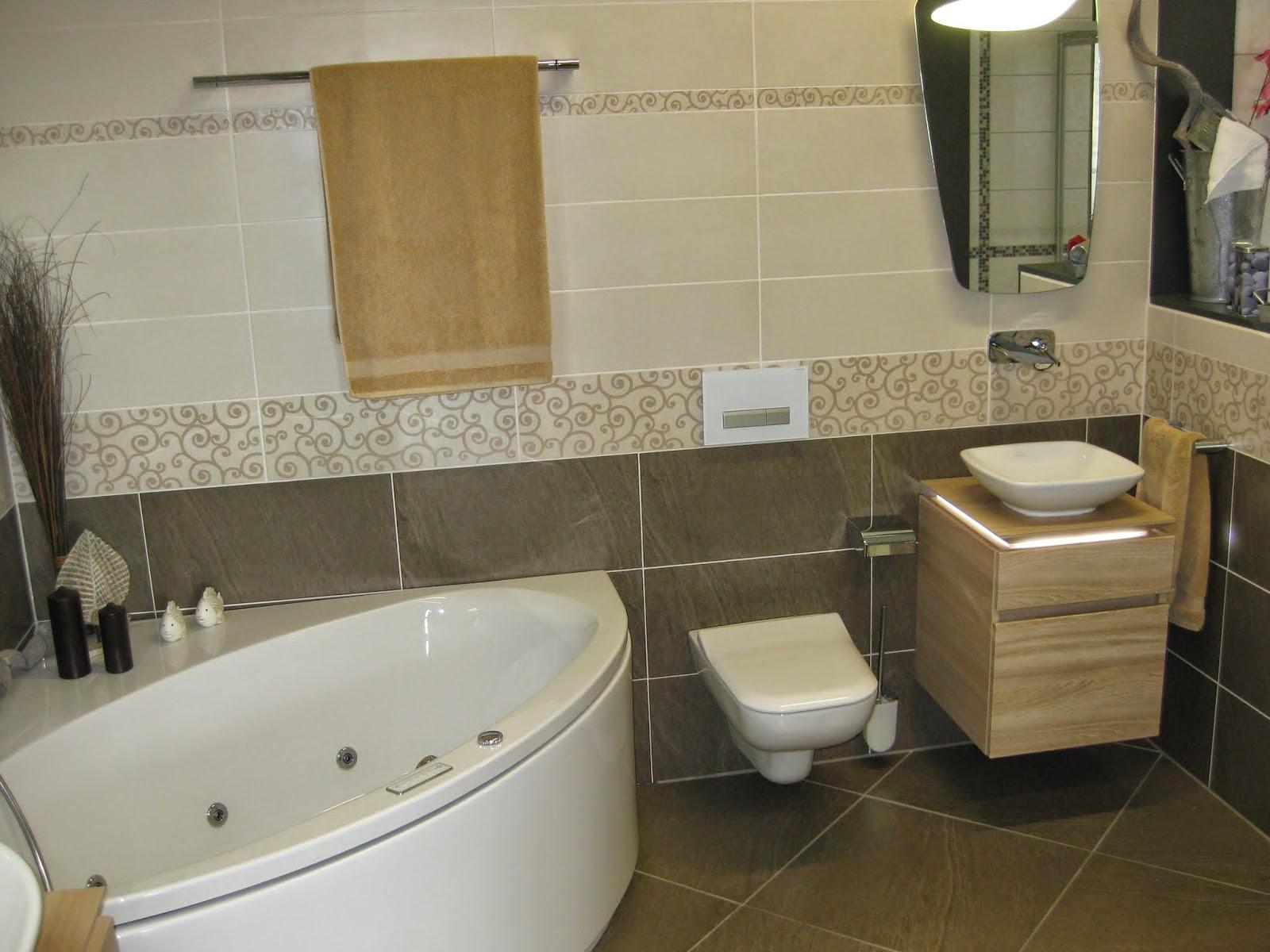 Toilette, Waschbecken Sowie Drücker Und Badewanne (im Standard)