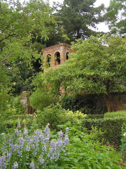 ceglane budowle w ogrodzie