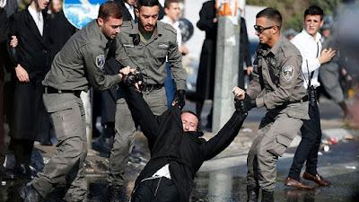 Judeus ultraortodoxos protestam contra serviço militar