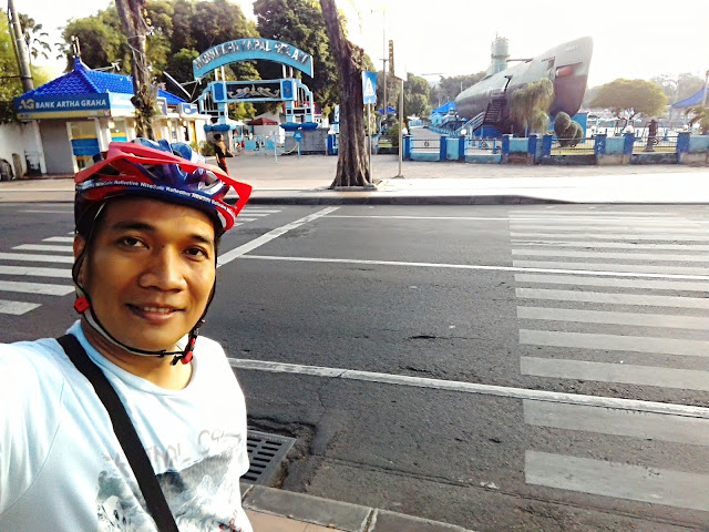 Bersepeda menikmati obyek wisata Surabaya dalam sehari.