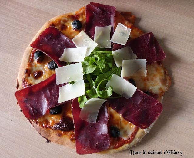 Pizza à la viande des grisons, parmesan et roquette