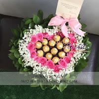 bunga valentine, bunga bentuk love, buket bunga dan cokelat, handbouquet ferrero rocher, toko bunga valentine, bunga rose merah dan cokelat, florist jakarta barat, toko bunga florist