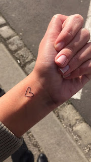 Tato Love Simple Keren di tangan