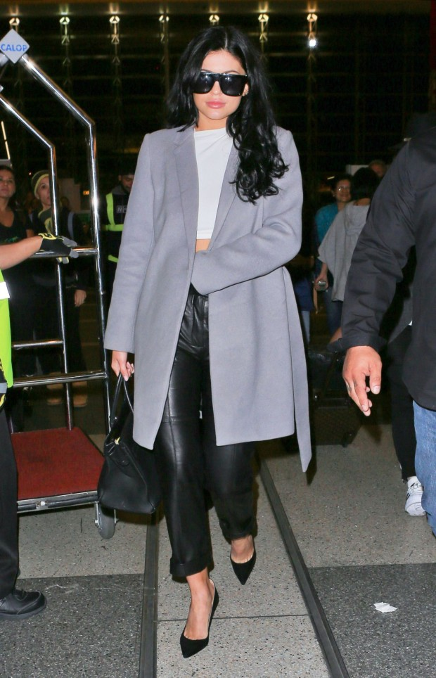 Kylie Jenner look clássico, calça de couro e um casacão.