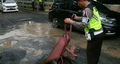 Polres Way Kanan Tambal Jalan Rusak