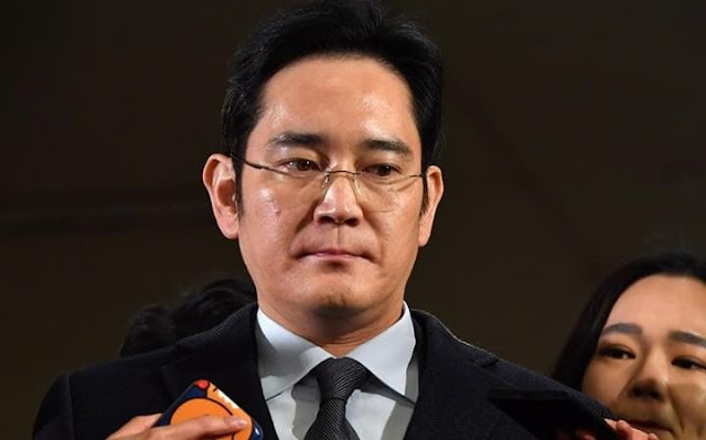 Samsung Group president charged with bribery, giant stumbles