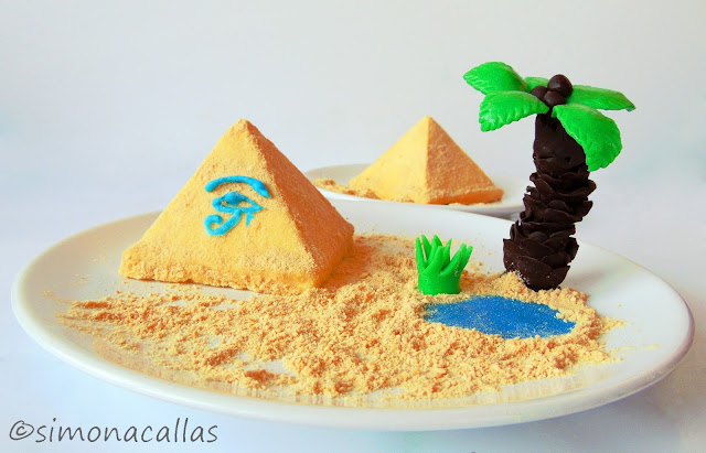 Entremet Piramida cu fistic ciocolata alba si visine