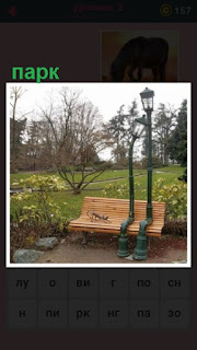 в парке на скамейке сидят два фонаря, имитация сидящих людей