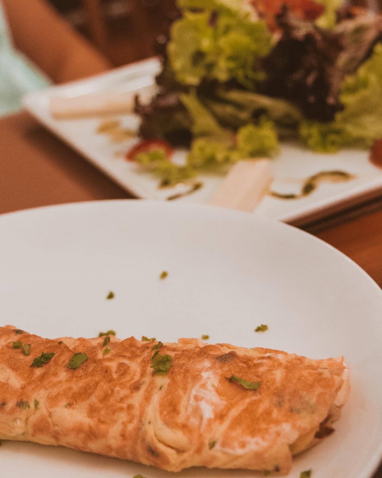 omelete e salada Cerejeira em Flor