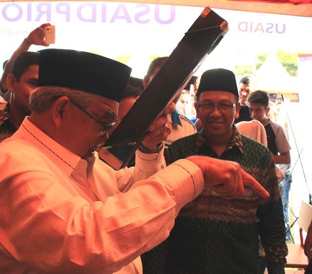 Gubernur Aceh Mencoba Periskop Karya Siswa