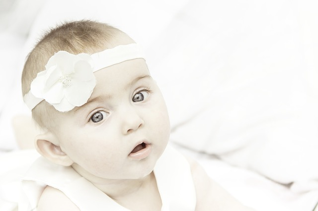 bayi mengucek mata, cara mengatasi bayi sering mengucek mata, mata bayi, bayi, bayi bermata biru, bayi mengucek hidung