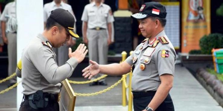 Kapolri Jenderal Tito Karnavian memberikan penghargaan secara langsung kepada Kapolres Cimahi, AKBP Ade Ary Syam Indardi.