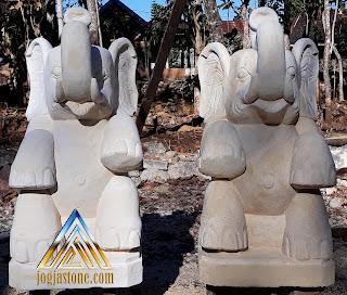 Patung gajah dibuat dari bongkahan batu alam paras jogja/Batu putih
