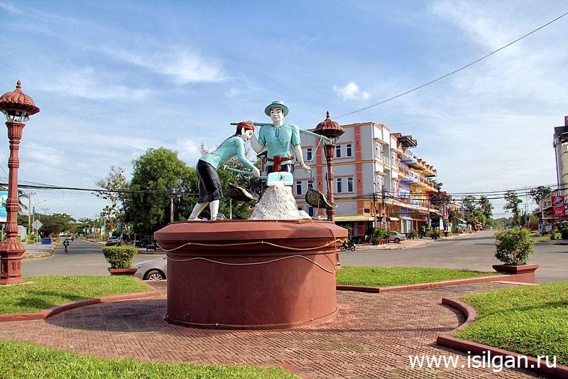 Памятник соледобытчикам. Город Кампот. Камбоджа