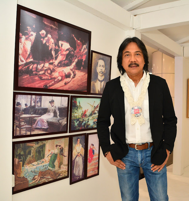 Master Artist Nestor Olarte Vinluan with Juan Luna's paintings (replica)