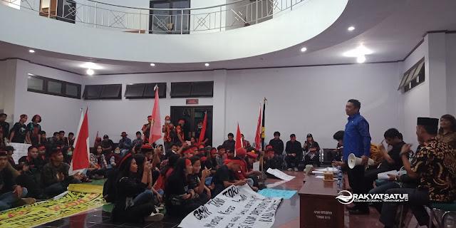Massa Duduki Kantor DPRD Tana Toraja, Tolak Wisata Halal