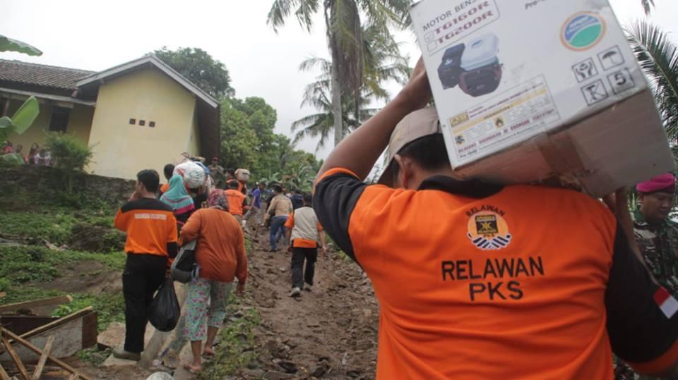 Relawan PKS bantu korban tsunami Selat Sunda