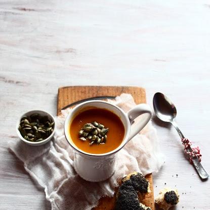 Zupa z pieczonej dyni  z bajglem